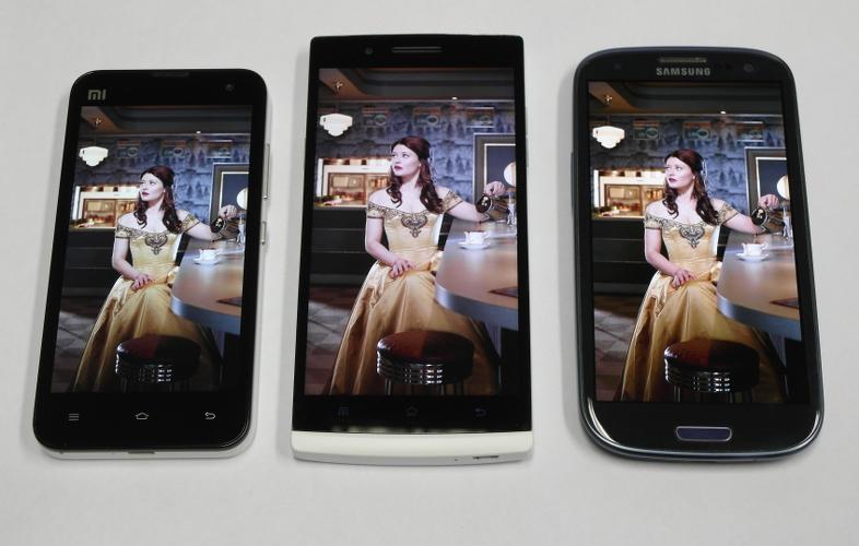 """Сравнение экранов Xiaomi Mi-2s (""""синий""""), Oppo Find 5 и Samsung Galaxy S3"""