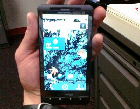 У Motorola тоже есть лопата с большим экраном. Фото с сайта engadget.com
