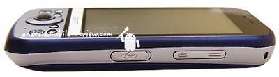На правом ребре есть ушко для крепления шнурка, ну и кнопка громкости с разъемом microSD