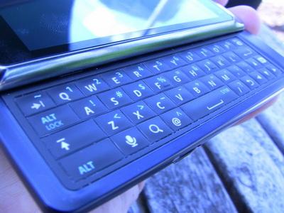 Клавиатура по-прежнему четырехрядная, но изменения есть